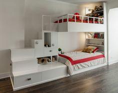 Lit superposé conçu sur mesure avec de nombreux rangements cachés dans les escaliers du lit. Ce lit a été crée par un designer et un architecte d'intérieur