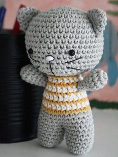 DIY-Anleitung: Amigurumi-Katzenpärchen mit Pulli und Rock häkeln via DaWanda.com