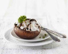 PLUS Supermarkt - Portobello's gevuld met paddenstoelenmix en kruidenroomkaas. Bekijk de rest van het kerstassortiment in ons kerstmagazine