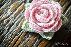 This would make a lovely corsage or brooch pin -- Free pattern: Crochet Rose. yup I can't get enough of roses and hearts :) Thread Crochet, Knit Or Crochet, Crochet Motif, Crochet Crafts, Crochet Projects, Crochet Bikini, Crochet Lingerie, Crochet Appliques, Crochet Geek