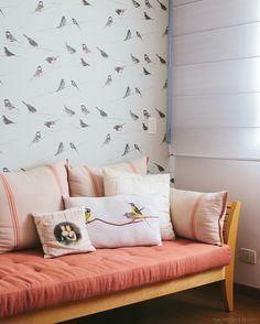 Quarto de hóspedes com estilo romântico <3 Mais em www.historiasdecasa.com.br #todacasatemumahistoria #interiordesign #wallpaper