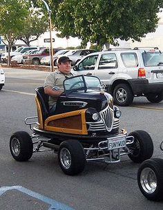 Old bumper car mounted on a go kart chassis. Motos Harley Davidson, Weird Cars, Crazy Cars, Pedal Cars, Cars Auto, Car Makes, Unique Cars, Cute Cars, Funny Cars