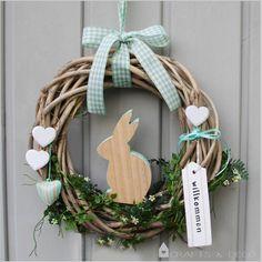 Ostern steht vor der Tür! Jetzt fehlt nur noch der perfekte Oster-Kranz! Ein Osterhase aus Holz sitzt mittig auf dem Kranz und wartet nur noch darauf, Eier zu verstecken. Der Kranz ist aus Weide...