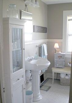 Muito fofa esta casa de banho. Adoro os brancos com o azul bebé! Lindo!