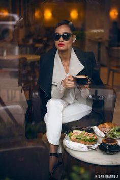 A true fashionista always looks chic, even on a day off having such cup of coffee. Mode Chic, Mode Style, Style Me, Business Outfit Damen, Business Attire, Black And White Outfit, Black White, Look Office, Micah Gianneli