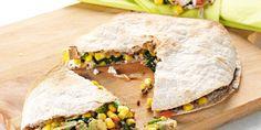 Volkoren wraps gevuld met een mix van gehakt, spinazie, maïs, tomaat, avocado en geitenkaas.