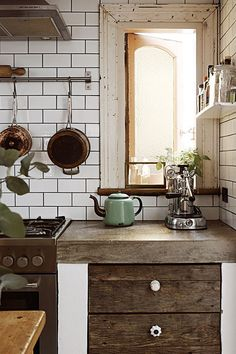 Live this old feel Industrial makeover of a vintage cottage. Styling by Nicole Valentine Don. Photography by Fiona Galbraith. Shabby Chic Kitchen, Rustic Kitchen, New Kitchen, Kitchen Dining, Kitchen Decor, Kitchen Ideas, Natural Kitchen, Kitchen Corner, Kitchen Styling