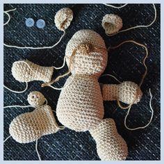 Háčkovaný dětský medvídek - popis Crochet Square Patterns, Amigurumi Patterns, Softies, Dinosaur Stuffed Animal, Techno, Teddy Bear, Stitch, Christmas Ornaments, Holiday Decor