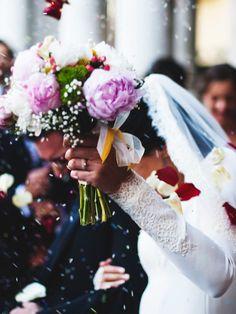 Viele Bräute vergessen vor lauter Aufregung ihren Brautstrauß. Mit einerWeddingplanerin passiert das nicht. Sie denkt an alles!