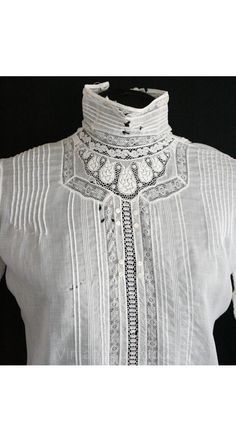 Edwardian blouse with lace insertions and pintucks. Edwardian Clothing, Antique Clothing, Edwardian Fashion, Historical Clothing, Vintage Fashion, Edwardian Era, Victorian, Blouse Vintage, Vintage Tops