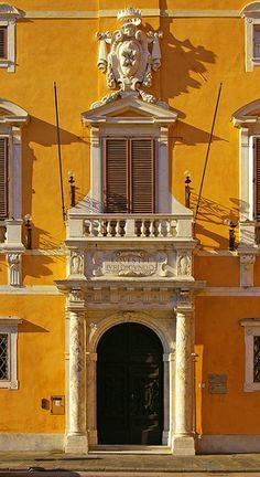 doorway in Piazza dei Cavalieri in Pisa, Italy Historical Architecture, Amazing Architecture, Art And Architecture, Architecture Details, Pisa, Monuments, Emilia Romagna, Italian Doors, Portal