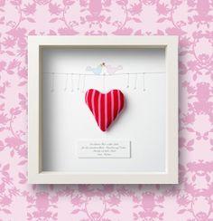 """Ein persönliches Geschenk nicht nur für Verliebte! Ein """"kleines Herz voller Liebe"""" mit persönlicher Widmung nach Wunsch hinter Glas. Ein rotes Stof..."""