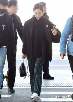 See Jennie Airport Photos at Incheon heading to Singapore on February 2019 for BLACKPINK 2019 World Tour Blackpink Jennie, Kpop Fashion Outfits, Blackpink Fashion, Fashion Dresses, Petite Fashion, Incheon, Korean Airport Fashion, Korean Fashion, Jenny Kim