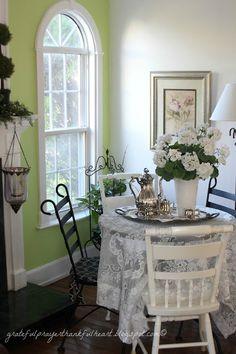 hint of green + white/beauriful window Cozy Cottage, Shabby Cottage, Cottage Style, Shabby Chic, Home Decor Kitchen, Kitchen Ideas, Little Corner, Grateful Prayer, Thankful Heart