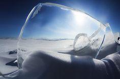 El sol brilla a través de unas placas de hielo en el Lago Baikal. Se trata de uno de los lagos más fríos del mundo y no acoge prácticamente ninguna forma de vida, ya sea animal o vegetal. Por esa razón sus aguas son de una claridad espectacular.