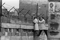 West Berlin, A young woman talks to her mother on the eastern side of the newly erected Wall. Photograph: Bettmann/CORBIS The fall of the Berlin Wall: what it meant to be there Rare Historical Photos, Rare Photos, Photos Du, Old Photos, Vintage Photos, Vintage Postcards, West Berlin, Berlin Wall, Fidel Castro