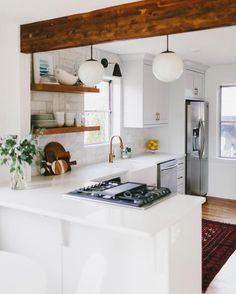 Combina en tu #cocina muebles blancos con madera