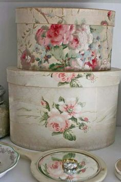 shabby hat boxes by shmessa Shabby Style, Shabby Chic Stil, Vintage Shabby Chic, Shabby Chic Homes, Vintage Pink, Vintage Hat Boxes, Vintage Purses, Vintage Hats, Decoration Shabby