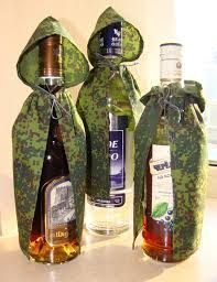 Картинки по запросу украшение бутылки к 23 февраля Diy Bottle, Wine Bottle Crafts, Creative Gift Wrapping, Creative Gifts, Wine Bottle Covers, Military Gifts, Deco Floral, Christmas Gift Box, Bottle Painting