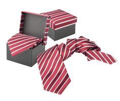 Luxusná hodvábna kravata André Philippe v červenej farbe. Kravata je v darčekovej krabičke v rovnakom štýle ako kravata. Dodajte svojmu outfitu nový vzhľad a originalitu a doplňte Vašu kolekciu týmto luxusným doplnkom. Rozjasnite svoj nudný oblek kravatou z hodvábu značky André Philippe a buďte štýlový. http://www.luxusne-doplnky.eu