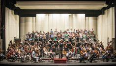 El Coro del Teatro Municipal, la Filarmónica de Santiago y las solistas Verónica Villarroel y Evelyn Ramirez bajo la dirección de Rani Calderon se preparan para el tercer concierto de la Temporada 2014. Foto: Patricio Melo