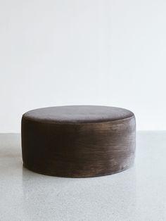 6995 kr: Rund puff helt klädd i sammet, använd som ett avlastningsbord eller extra sits. Tillverkas i Portugal. Tyget är anti-fläck behandlat. Tvättas i kallt 30 grader.
