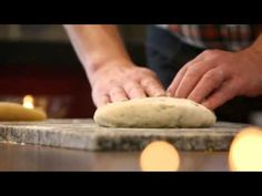 Culy.nl - Video: Janny & Robèrt maken een kerststol (Heel Holland Bakt kerstspecial) -