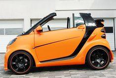 Autokonexion aus Kalifornien zeigt, dass sich so ein Brot-und-Butter-Smart auch ordentlich in die Breite klopfen lässt. Und weil Firmen-Boss Mike Burlas sein Handwerk versteht, sieht sein fortwo echt heiß aus. Smart Fortwo, Smart Auto, Smart Car, Bmw Cabrio, Small Electric Cars, Smart Brabus, Benz Smart, Bmw Autos, Car Wrap