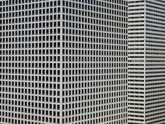 Michael Wolf es un fotógrafo alemán que creció en los Estados Unidos y desarrolló la mayor parte de su obra en China. Intensamente preocupado por la superpoblación del país y su cultura masificada se inspiró precisamente en eso para presentar su último trabajo. Un proyecto que hace referencia a la identidad cultural de la ciudad de Hong kong. Presentado en la exposición Arquitectura de la Densidad que se muestra en Nueva York, el proyecto ha sido hasta ahora uno de los más importantes y…