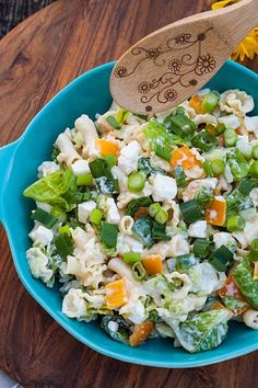 This light pasta salad with feta cheese, bell pepper and spring .- This light pasta salad with feta cheese, peppers and spring onions is perfect for grilling. It is the ideal side dish for steaks and sausages. Steak Recipes, Grilling Recipes, Raw Food Recipes, Pasta Recipes, Healthy Recipes, Healthy Cooking, Light Pasta Salads, Pasta Ligera, Cooking Whole Chicken