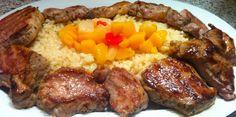 Solomillitos de cerdo a la plancha con frutas tropicales, arroz y salsa de curry con manzana.