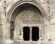 Portale di Moissac; ca 1120-1135 d.C.; Chiesa cluniacense dell'Abbazia di San Pietro.   Il portale di Moissac è un tipico esempio di scultura romanica. Sostenuto da due stipiti con doppia modanatura a cresta verso l'interno, il vano di accesso è interrotto nel mezzo da un pilastro chiamato trumeau. Esso presenza raffigurati dei mostri mitologici ma anche profeti quali Geremia e, naturalmente, San Pietro.