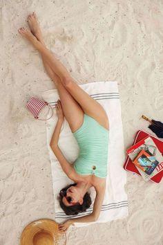 pin up bathing suit mint beach towel sand vintage retro Vintage Suit, Photo Vintage, Mode Vintage, Summer Vibes, Summer Feeling, Fotos Strand, Summer Of Love, Spring Summer, Retro Summer