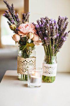 Romantische Frühlingsdeko mit alten Marmeladengläsern und schöner Spitzendeko, Blumen dazu und fertig
