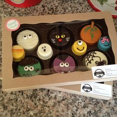 Halloween Chocolate Covered OREO Cookies by in a BRP Box Shop box and tray! Postres Halloween, Halloween Oreos, Halloween Baking, Halloween Chocolate, Halloween Desserts, Halloween Cookies, Chocolate Covered Treats, Chocolate Dipped Oreos, Chocolate Covered Strawberries