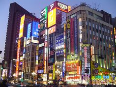 """Japón, también conocido como """"el imperio del sol naciente"""", es un país asiático que está localizado entre el Océano Pacífico y el Mar de Japón. Se estima que su población ronda los 127 millones de personas y es la segunda economía más grande en todo el mundo, por debajo de Estados Unidos.    Tokio es la capital de Japón, y una de las ciudades de mayor preferencia por parte del turismo."""