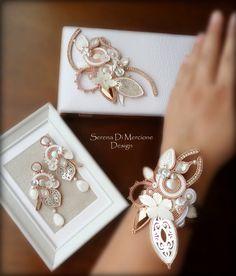 Soutache parure by Serena Di Mercione (earrings + clutch + cuff) White & RoseGold Soutache Bracelet, Soutache Jewelry, Boho Jewelry, Unique Jewelry, Jewellery, Bead Crafts, Jewelry Crafts, Handmade Accessories, Handmade Jewelry