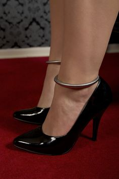 Oooh, shiny stilettos with ankle bangles.... *heart races*