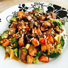 Zoete aardappel is gezond en kan in veel recepten gebruikt worden. Deze lauwwarme salade met zoete aardappel is heerlijk en gezond en kan vegetarisch of veganistisch gemaakt worden.