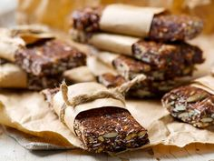 These tender bars without cooking are very convenient for busy people who want a healthy protein snack. Gluten Free Protein Bars, No Bake Protein Bars, Granola, Chocolate Apples, Cooking Chocolate, Christmas Chocolate, Oat Bars, Dessert Bars, Healthy Snacks