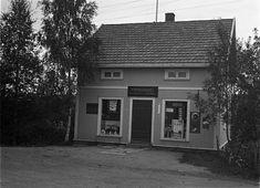 Oppland fylke Østre-Toten kommune Lena  Lena Papirhandel som lå vis-á-vis Lena stasjon. Forretningens eier var Olaf Tlømmerstigen, og fotografen, Sigurd Røisli, drev sin virksomhet i byggets loftsetasje. Foto Sigurd Røisli ca 1930