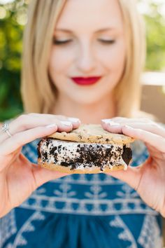 Everybody loves ice cream sandwiches! Create an Ice Cream Sandwich Bar at your 4th of July Party! See the details on The TomKat Studio!