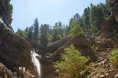 Bletterbachschlucht, wandelen stroomopwaarts door de beekbedding tot aan de grote waterval ` butterloch`. Dan via de trappen aan de rechterzijde om tot bovenaan de waterval linksaf te lopen naar het bezoekerscentrum of Aldein/ Aldino.