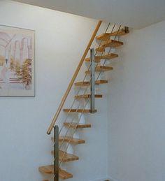Elegant mit leichtem Schwung ins Dachgeschoss. Zum Beispiel mit komplett farbig behandelte Stahlteile, endbehandelte Massivholzstufen und ein formschönes Geländer sorgen für einen sicheren Aufstieg.
