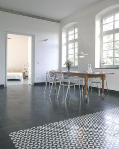 VIA: Mosaikfliesen, Zementfiesen, Kreidefarbe und Terrazzoplatten unterschiedliche Fliesen schlicht und mit Muster zusammen