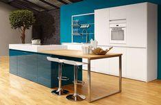 Très tendance, le bleu canard est LA couleur appréciée par les clients en ce moment et Beeck vous propose cette cuisine blanche et bleu canard avec de très belles façades sans poignées pour un effet design assuré.