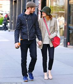 After promoting The Amazing Spider-Man 2 worldwide, Andrew Garfield and Emma Stone took a well-deserved chilled-out stroll in NYC's SoHo May Emma Stone Style, Emma Stone News, Emma Style, Emma Stone Andrew Garfield, Sports Bra Outfit, Girl With Hat, Jeans Dress, Star Fashion, Women's Fashion
