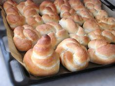 Fluffy braided bread with milk - video Hocus Pocus, Romanian Food, Romanian Recipes, Braided Bread, Hot Dog Buns, Doughnut, Food Porn, Cooking Recipes, Sweets