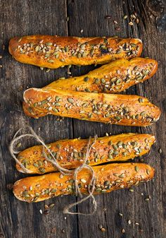 Seeded Pumpkin Bread Sticks - These Seeded Pumpkin Bread Sticks are like mini baguettes. Their pretty colour and delicious taste make them the perfect bread for your Thanksgiving table! No Yeast Bread, Yeast Bread Recipes, Flour Recipes, Mini Baguette, Vegan Cinnamon Rolls, Bread Art, Taste Made, Vegan Bread, How To Eat Better
