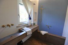 Residenza Privata. Project by Sergio Colangeli e Renata Palloni Ph.: Paparini. Materiali di rivestimento : argilla colorata, listoni di quercia evaporata e ceramiche smaltate #DomenicoMori #handmade #madeinItaly